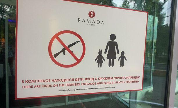 Donetskissa on vuodenvaihteen jälkeen kielletty aseet useissa ravintoloissa ja hotelleissa. Joissakin ravintoloissa aseet kehotetaan jättämään asekaappiin hotellin narikkaan.