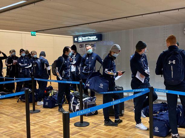 Suomen joukkue jonotteli Helsinki-Vantaalla sunnuntaina.