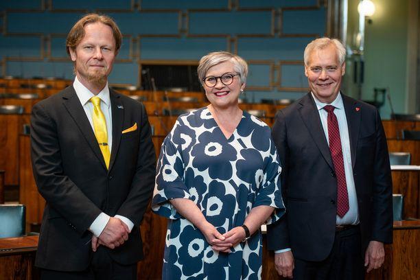 Eduskunnan puhemiehistön muodostavat Juho Eerola (vasemmalla), Anu Vehviläinen ja Antti Rinne.