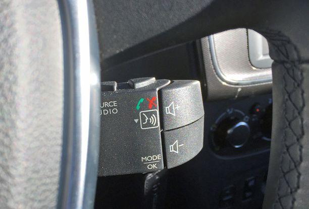 Renaultista tutut audiosäätimet ovat ratin alla.