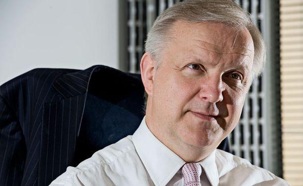 Artikkelin mukaan suomalaiset joutuvat taipumaan samanlaisiin säästöihin, joita Olli Rehn on vaatinut Euroopan parlamentissa muilta.