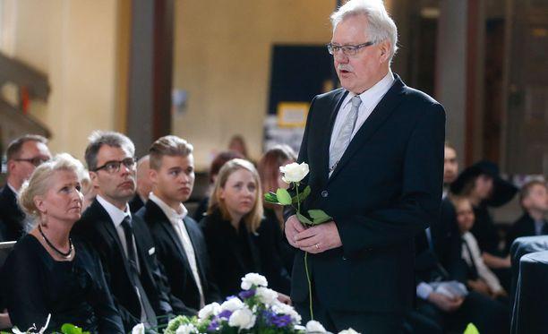Notkeasta kynästään tunnettu toimittaja Olli Helen toi hautajaisiin maakuntalehti Aamulehden tervehdyksen.