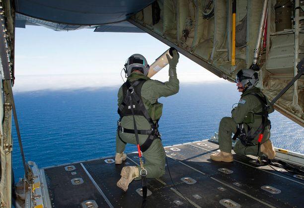 Australian ilmavoimat pudotti mereen merivirtoja ja veden lämpötilaa mittaavia poijuja, jotka voivat auttaa MH370:n mahdollisen hylyn etsinnöissä.