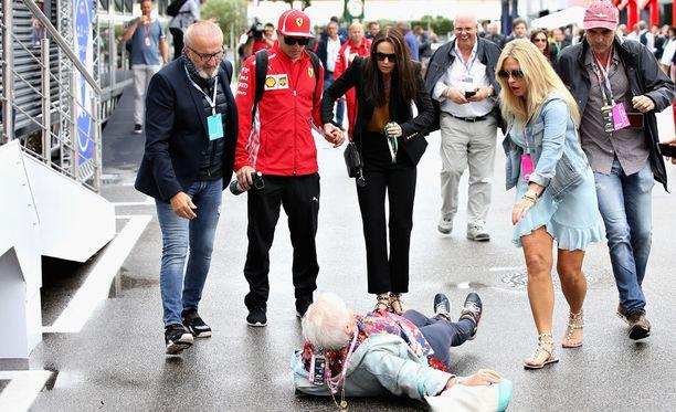 Kimi ja Minttu Räikkönen katsoivat huolestuneina, kun iäkäs henkilö kaatui rajusti heidän edessään.