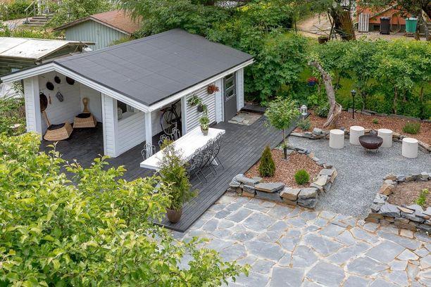 Rakenna nuotiopaikka viihtyisäksi alueeksi pihapiiriin rajaamalla se koristekivetyksin ja pengermin.
