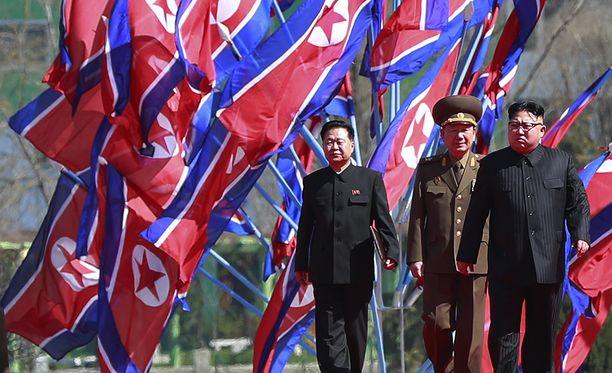 Kim Jong-un tutustumassa uuteen asuinalueeseen huhtikuun puolessa välissä.