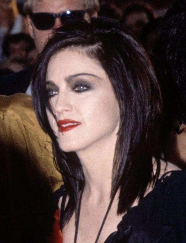 Vuonna 1991 Madonnan tyyli oli varsin tummasävyinen. Samana vuonna ilmestyi dokumenttielokuva laulajan elämästä: In Bed with Madonna.