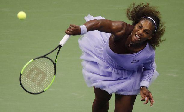 Serena Williams voitti Latvian Anastasija Sevastovan torstaina Artur Ashe -stadionilla New Yorkissa. Williamsille räätälöidyt tutu-mekot ovat myös herättäneet tennisturnauksessa huomiota.