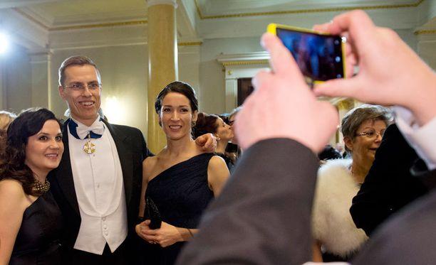 Alexander Stubb twiittasi ja kuvasi Linnassa paljon Lumiallaan ja asettui välillä itsekin kuvaan. Tässä Stubb poseeraa vaimonsa Suzanne Innes-Stubbin ja Kokoomuksen kansanedustajan ja Stubbin entisen lehdistöavustajan Sanni Grahn-Laasosen kanssa.
