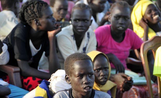 Eteläsudanilaisia lapsipakolaisia pakolaisleirillä.