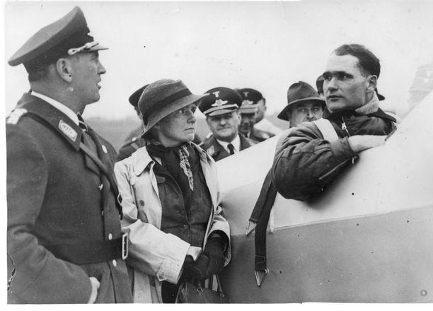 Herss tunnettiin innokkaana lentäjänä. Kuvassa hän on juuri voittanut lentokilpailun maaliskuussa 1934. Vieressä on vaimo ja Saksan ilmailu-urheiluliiton puheenjohtaja.