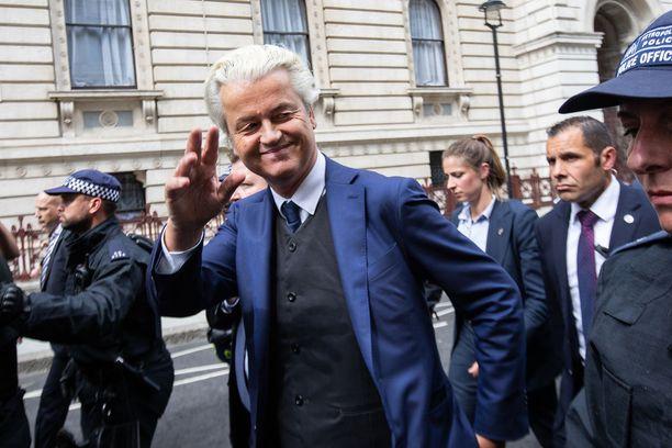 Geert Wilders on elänyt poliisin suojeluksessa jo vuosien ajan useiden islaminvastaisten provokaatioidensa vuoksi. Tässä häntä saatellaan Lontoossa.