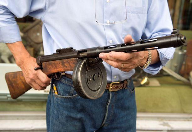 – Ei ollut kovin fiksu teko, tamperelaismetsästäjä totesi oikeudessa asekaupoistaan. (Kuvan Suomi-konepistooli ei liity tapaukseen).