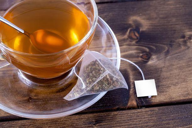 Teenvalmistajat sanovat teelehtien imeytyvän paremmin veteen muovisista pyramidipusseista.