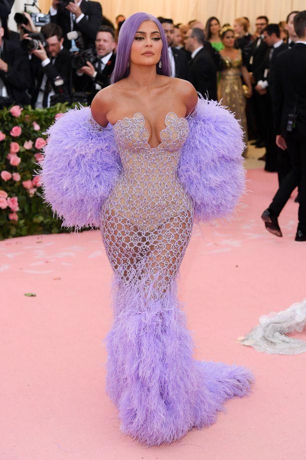 Kylie Jenner edusti Met-gaalassa sisarensa Kendall Jennerin kanssa. Kylie Jenner valitsi gaalaan vappuhuiskumaiset hihat ja mekkoon sointuvan peruukin. Asu on Versacen käsialaa.
