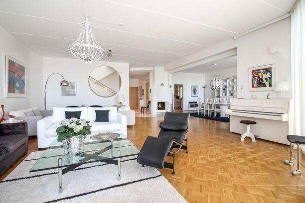 Talo jakautuu kolmeen kerrokseen ja neliötä on 460. Myynti-ilmoituksessa kerrotaan, että asunnon alakerrassa on erotettavissa olevat tilat mahdolliselle lastenhoitajalle tai kotiapulaiselle.