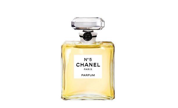 1. Chanel No. 5 (1921) Ikoni, johon tiivistyy naisellisuuden ydin. Tätä hajuvettä käytti myös Marilyn Monroe. Pidät tuoksusta tai et, tätä tuotetta jokaisen naisen täytyy kokeilla ainakin kerran.