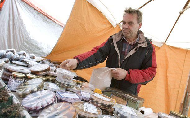 Kalastaja Tage Gustafsson valittiin Turun Silakkamarkkinoiden parhaan tuotteen valmistajaksi.