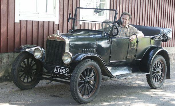 HELPPO AJAA Magnus Lind kehuu isältä perimänsä T-mallin Fordin ajettavuutta. – Vaihteisto on sen ajan automaatti, 2-vaihteinen planeettapyörästö.