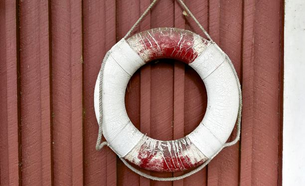 Pelastusrenkaan avulla uimari pysyi pinnalla odotellessaan pintapelastajia. Kuvan pelastusrengas ei liity tapaukseen.