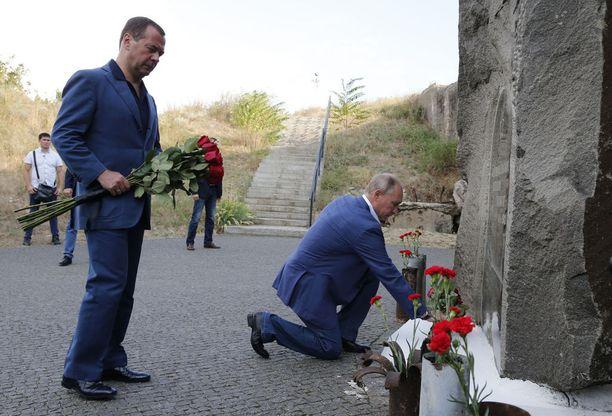 Vladimir Putin (polvistuneena) näyttäytyy usein Krimin niemimaalla, jonka Venäjä miehitti Ukrainalta neljä vuotta sitten. Kuvassa myös pääministeri Dmitri Medvedev.