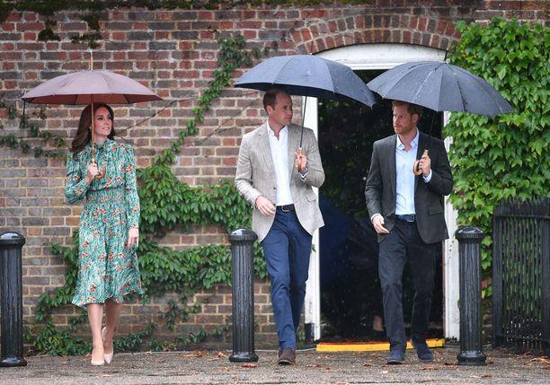 Tuttu kolmikko: herttuatar Catherinen, prinssi Williamin ja prinssi Harryn läheiset välit ilahduttivat kansaa pitkään. Harryn kerrotaan olleen jopa hieman kateellinen veljelleen siitä, että tämä löysi rinnalleen sopivan puolison. Kolmikon välit viilenivät Meghanin astuttua kuvioihin.