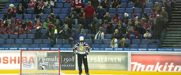 Myös HIFK:n fanit järjestivät perjantaina show'n. He heittelivät roinaa kaukaloon.