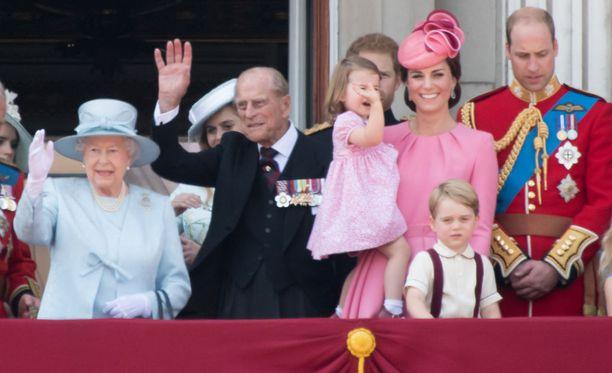 Kuninkaallinen perhe vilkutti parvekeelta yleisölle.