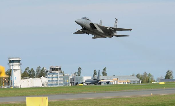 Yhdysvaltain kansalliskaartin F-15 -taistelukone nousee ilmaan Karjalan lennoston kotitukikohdan kiitoradalta Siilinjärven Rissalassa toukokuussa 2016. Amerikkalainen lento-osasto harjoitteli Suomen ilmavoimien kanssa, mikä kiukutti joitain oppositiopoliitikkoja. Suomi on päättänyt, että harjoittelua voi lisätä entisestään eikä siinä ole käytännössä mitään rajoituksia. Rissalassa käyneeseen osastoon kuului kuusi F-15 -hävittäjää ja KC-135 -tankkauslentokone, joka näkyy lentoasemarakennusta vasten. Osaston kokonaisvahvuus oli 150 henkilöä.