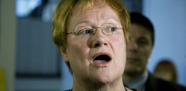 Tasavallan presidentti Tarja Halonen kommentoi Iltalehdelle Kuka mitä häh -kirjan kohuväitteitä vierailullaan Alppilan yläasteelle