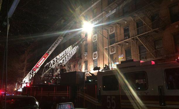 Palo sai alkunsa kerrostalon ensimmäisestä kerroksesta.