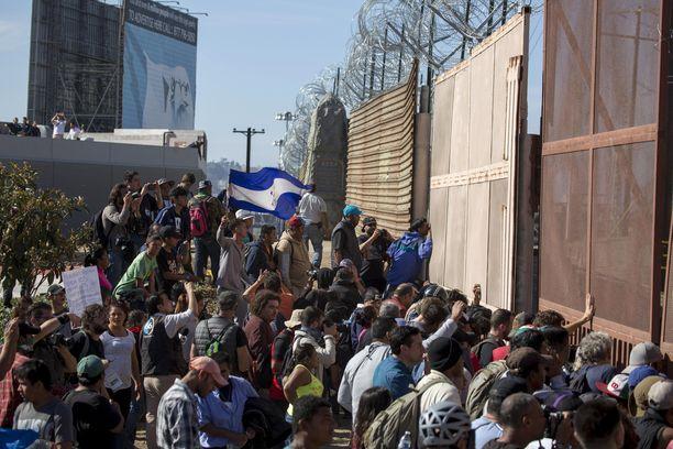 Joukko keskiamerikkalaisia siirtolaisia yritti tunkeutua rajan yli Yhdysvaltoihin pakolla sunnuntaina.