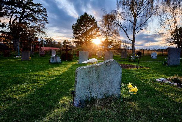Näin kauniisti aurinko laski Värmdön hautausmaalla huhtikuun lopulla.