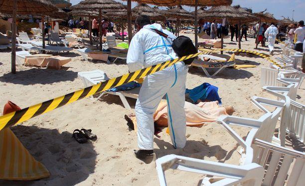 Useita turisteja kuoli rannalle Tunisian terroriteossa perjantaina.
