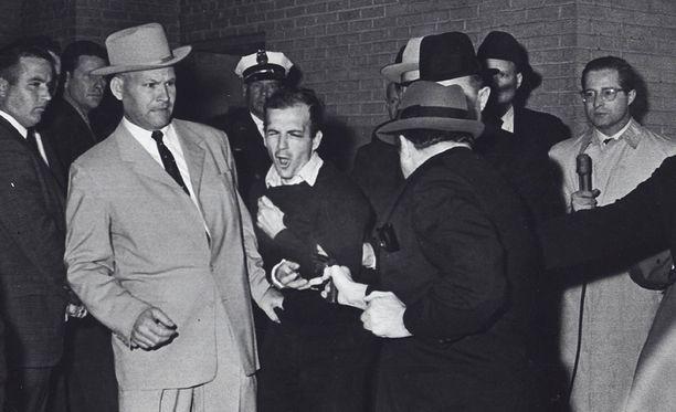 Yökerhonomistaja Jack Ruby ampui Oswaldin Dallasin poliisiaseman autotallissa, kun Oswaldia oltiin siirtämässä vankilaan.