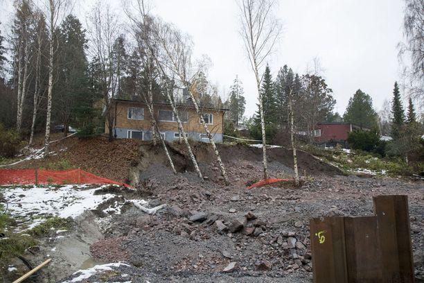 Viereiseltä tontilta valunut maa on aiheuttanut omakotitalon sortumisvaaran Espoossa.