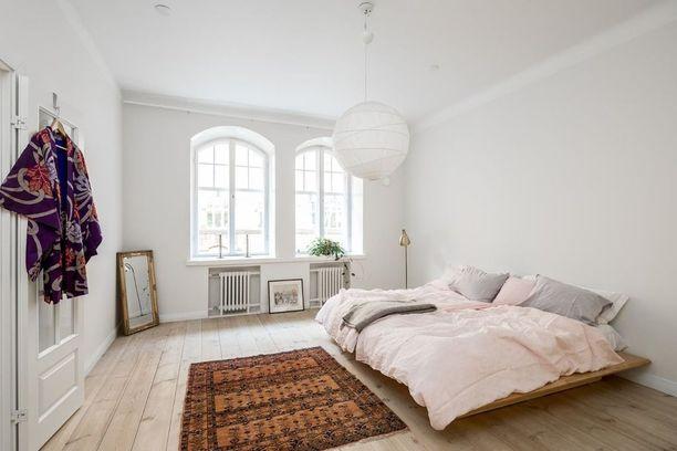 Makuuhuoneessa on tilaa hengittää, kun huonekalut on jätetty vähemmälle. Matala ja muhkeaksi pedattu sänky houkuttelee höyhensaarille.