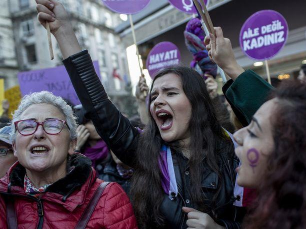 Mielenosoitus Istanbulissa Naisiin kohdistuvan väkivallan vastaisena päivänä 25. marraskuuta 2018.