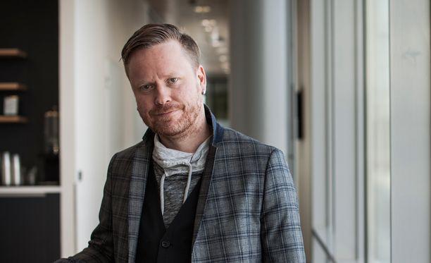 Sami Minkkinen sai lokaa niskaansa kerrottuaan rakastumisestaan toiseen ihmiseen.