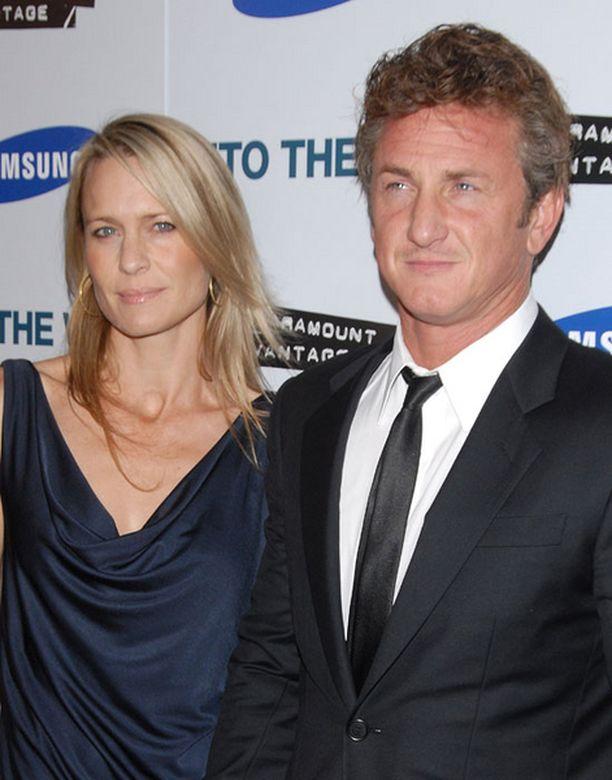 Eroon päätyneillä Sean Pennillä ja Robin Wright Pennillä on kaksi teini-ikäistä lasta.