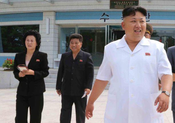 Yhden veikkauksen mukaan Kim Jong-unin sisko (oik.) Kim Yo-jong tuuraa isoveljeään tämän poissaolon aikana.