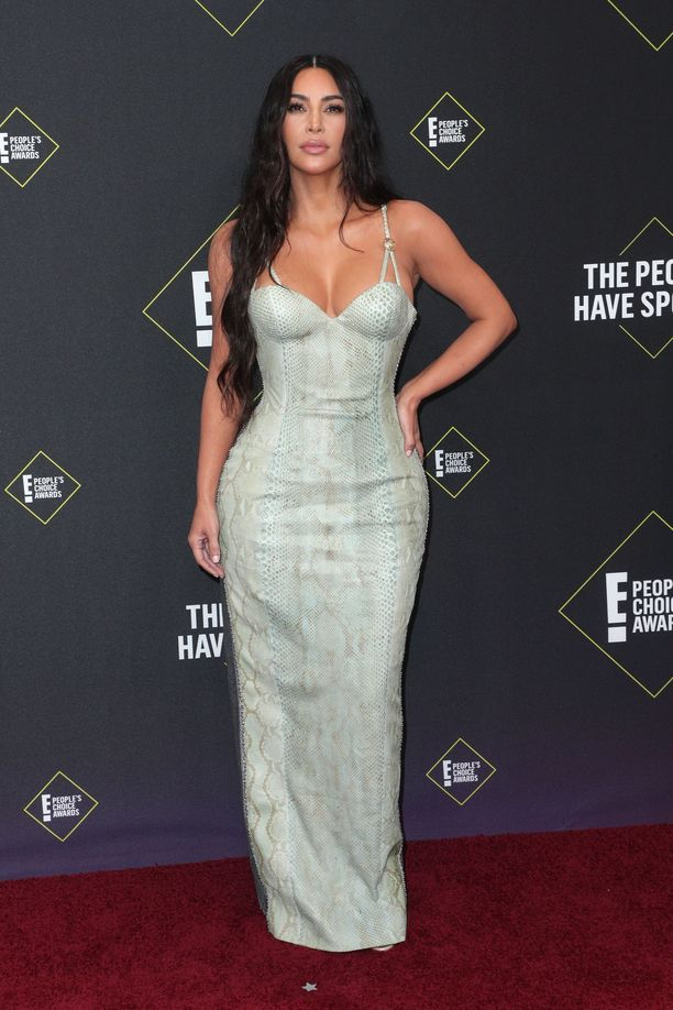 Kim Kardashian West taitaa vintage-tyylin: tämä käärmeennahkakuosinen Versacen unelmamekko ei koruja tai muuta ekstraa kaipaa. Upean mekon takaosa hehkuu hopeisena. Tämä mekko on kaikessa yksinkertaisuudessaan tyylikäs ja näyttävä, kuin kaksi upeaa yhdessä.
