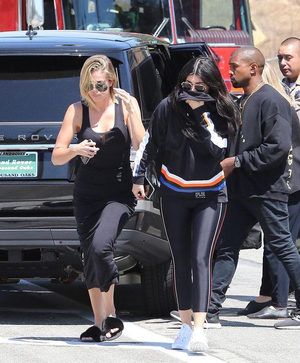 Tyttäret Khloé ja Kylie sekä vävypoika Kanye saapuivat Krisin tueksi kolaripaikalle.