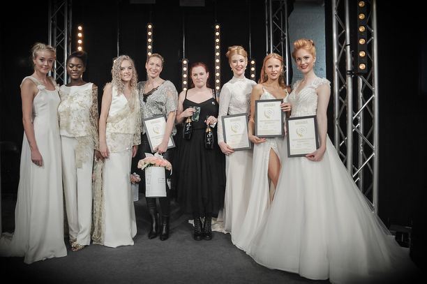 Kuvassa vasemmalla Anna Lindh mallistoineen, oikealla kilpailun voittanut mallisto ja sen suunnittelija Heidi Tuisku.