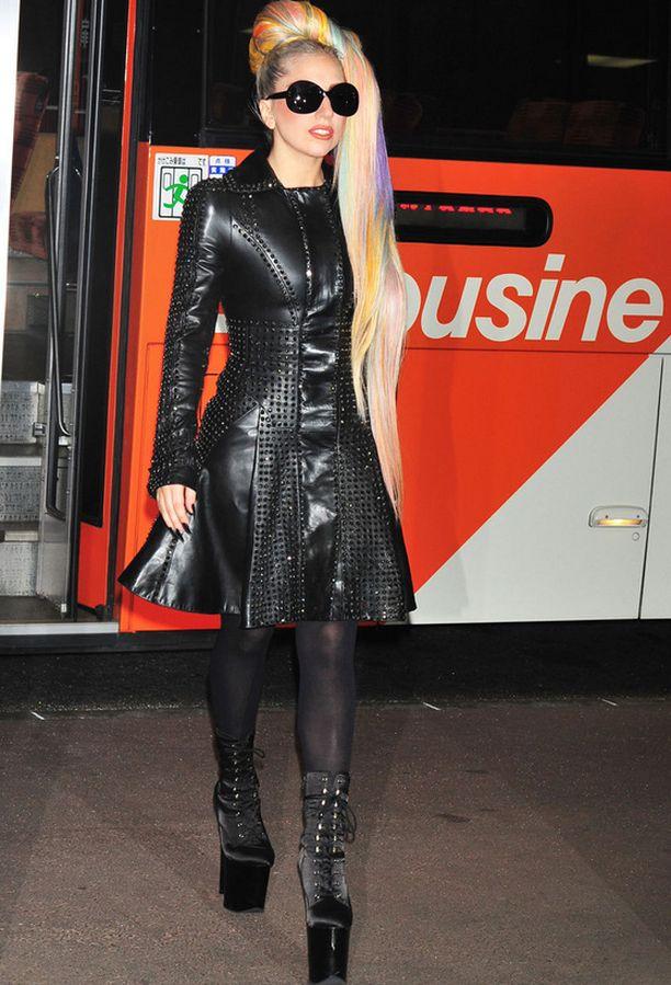 Gaga kuvattiin Tokion lentokentällä tiukassa nahkamekossa ja tyylilleen uskollisena korkeissa koroissa.