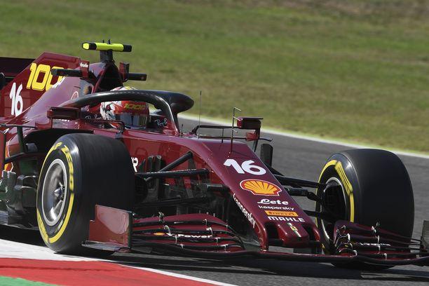 Charles Leclerc säväytti erikoisväritteisellä Ferrarillaan.