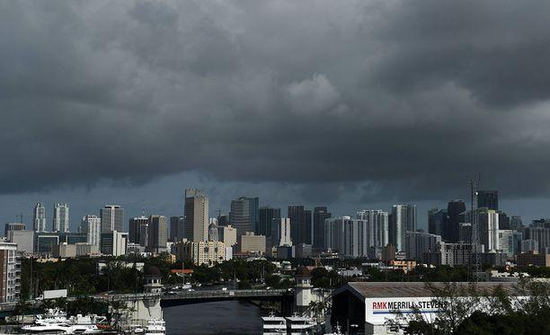 Floridan Miamissa taivas on synkennyt Irman edellä. Osavaltion kuvernööri Rick Scott vaati vielä 12 tuntia ennen Irman iskeytymistä osavaltioon kansalaisia lähtemään hurrikaania pakoon.