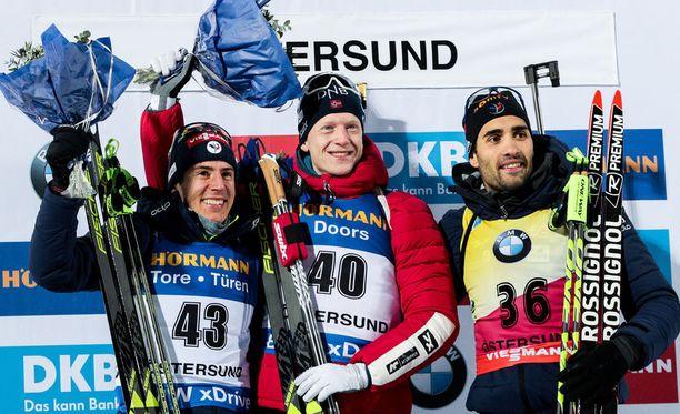 Erik Lesser (vas.), Tarjei Bö ja Martin Fourcade muodostivat kärkitrion miesten 10 kilometrin kisassa Östersundissa.