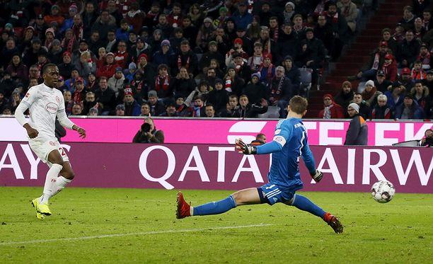 Dodi Lukebakio iski pallon kolmesti ohi Manuel Neuerin.