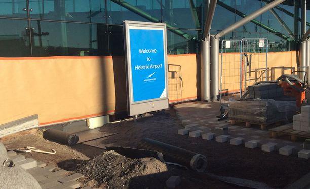 Suomalaismatkailija ihmettelee, miksi Helsinki-Vantaan terminaali 2:n pääovien edessä oleva remontti näyttää tältä. Ulkomaanlennolle matkalla olleen suomalaisen mielestä näkymä olisi voinut olla huomattavasti kauniimpi.